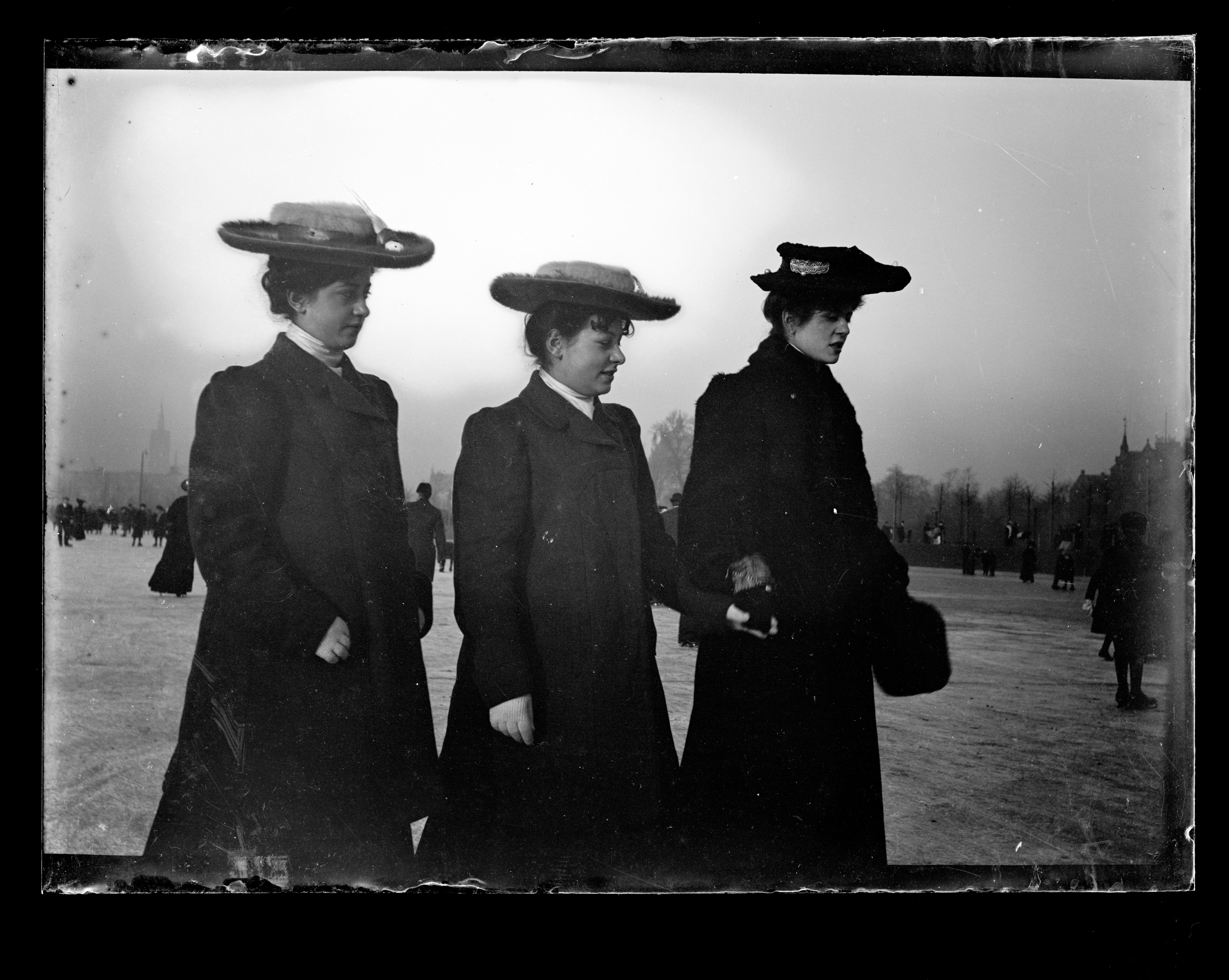 Tre kvinnor med hatt. (1905-1910)  49bf2af39c279