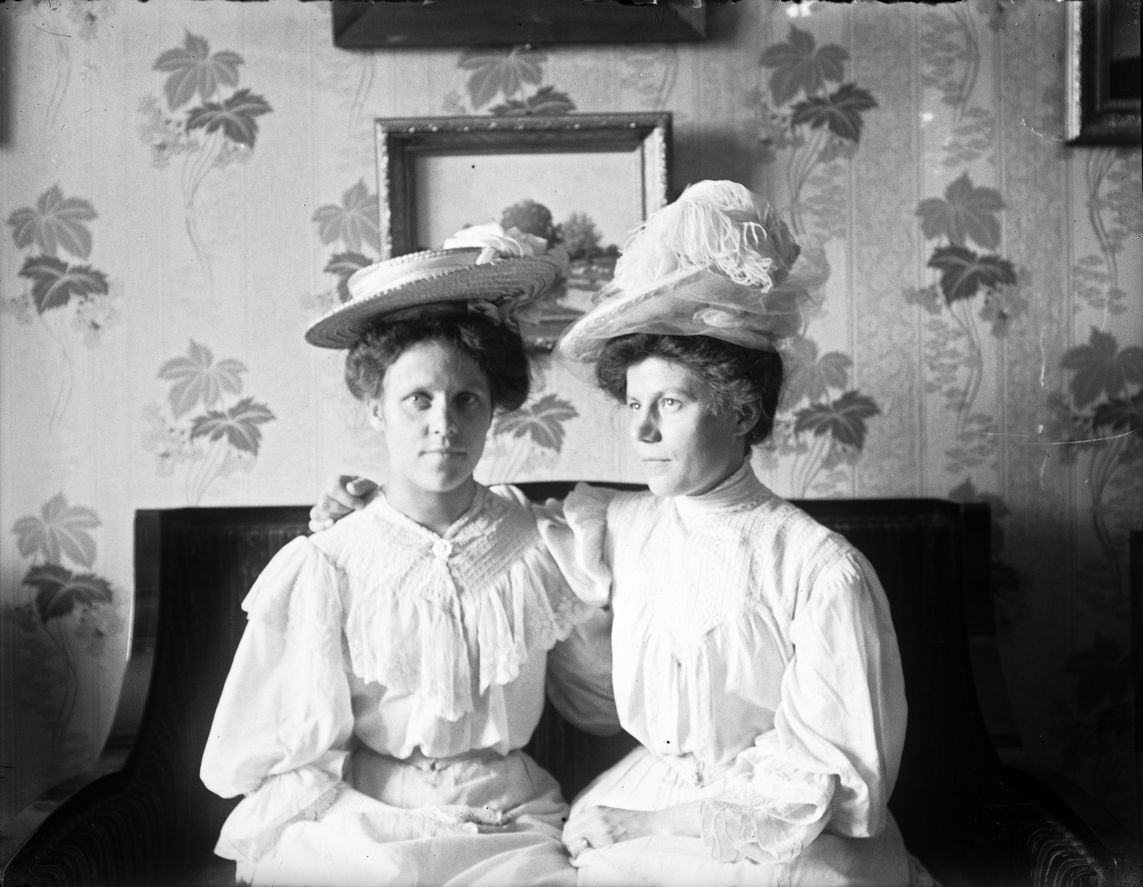 Två kvinnor i hatt. (1890-1910)  9324858b968b6